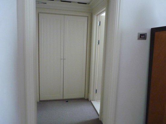 Hotel Amigo: Foyer / closet