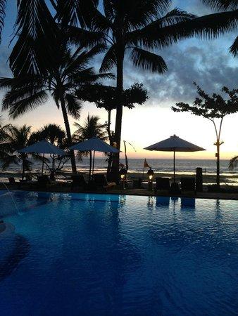 Puri Dajuma Cottages: Pool overlooking the beach