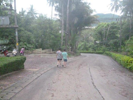 Avista Phuket Resort & Spa : down hill to the beach