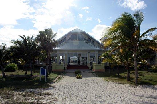 Blau Marina Varadero Resort: View from beach towards lobby.