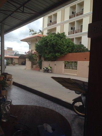 Narawan Hotel Hua Hin : Outside view of hotel from Joes Bar