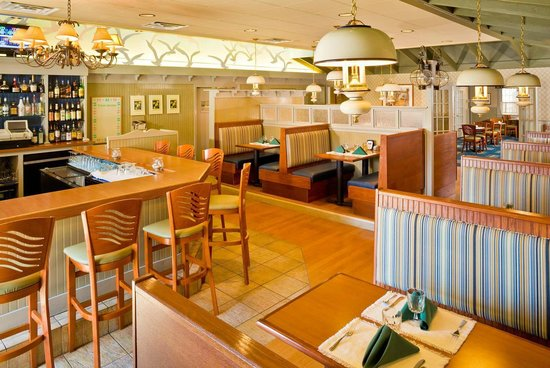 Ocean Park Inn Cape Cod: Bellamy's Grill and Bar at Four Points next to Ocean Park Inn