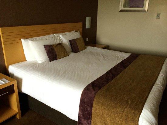 City Hotel: Massive Bed