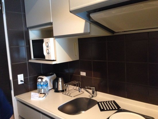 Citadines Shinjuku Tokyo: Well equipped kitchen