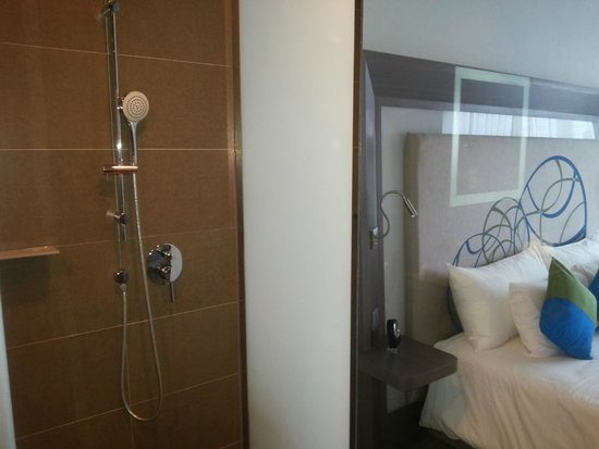 Novotel Bangkok Ploenchit Sukhumvit : Sliding partition over glass wall between bathroom and room