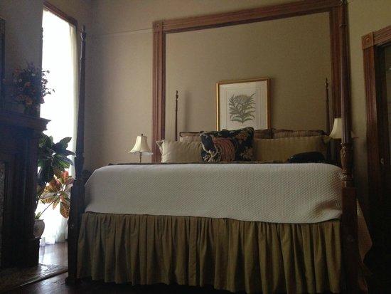 Forsyth Park Inn: Prehistoric, squeaky, misshapen bed.