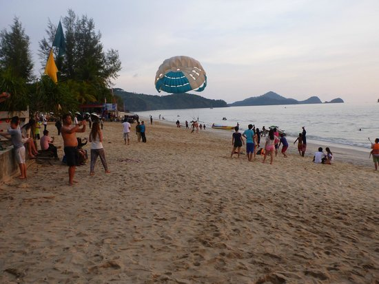 Cenang Beach: Beach activities at front of Sugar Restaurant