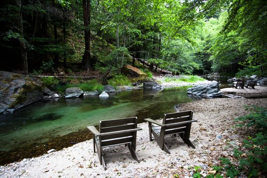 Glen Oaks Big Sur: Chairs along the Big Sur River