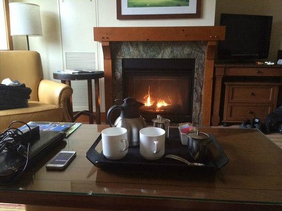 Stowe Mountain Lodge: Morning Coffee by fireplace