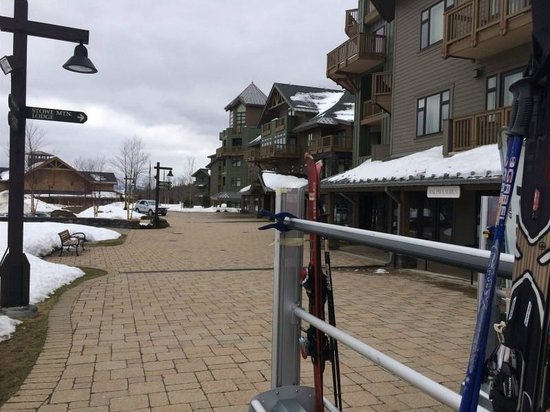 Stowe Mountain Lodge: Walk way to the over easy