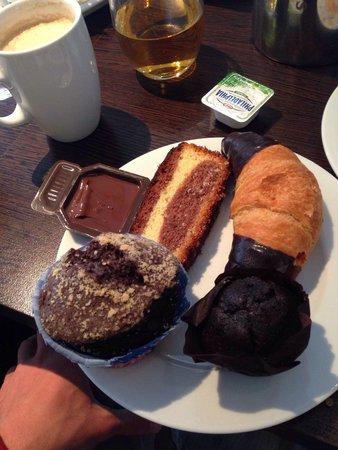 Munich Airport Marriott Hotel: Очень много вкусной выпечки на завтрак.