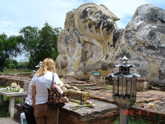 Temple of the Reclining Buddha (Wat Lokayasutharam) : Wat Lokaya Sutha