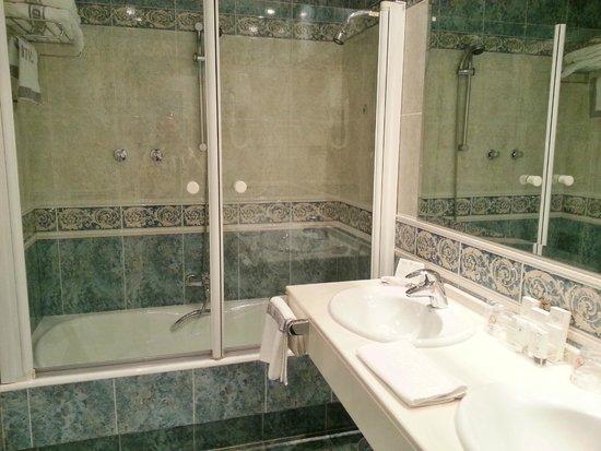 Hotel Atlantico: Shower/Bath