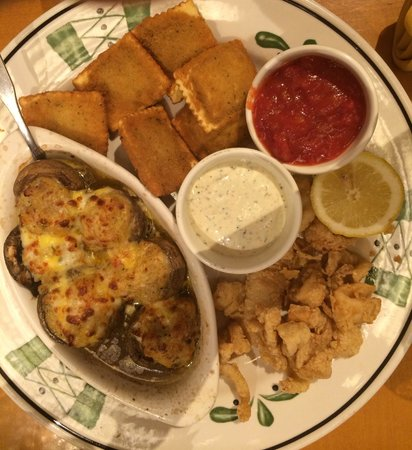 Olive Garden: Appetizer ! Calamari, Stuffed Mushrooms, And Ravioli !  Delicious Calamari !