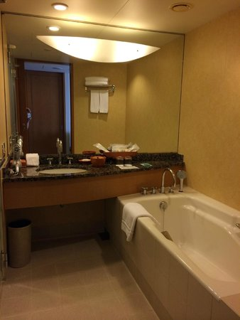 The Yokohama Bay Hotel Tokyu: bathroom with bathtub