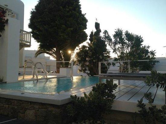 Semeli Hotel: 2ème piscine en face de la chambre