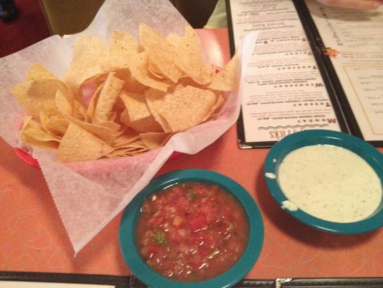 Chuy's Restaurant: Mmmmm, chips and salsa