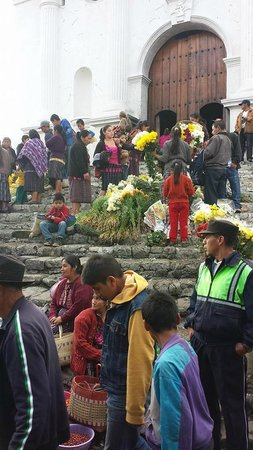 Mercado de Chichicastenango : entering the church