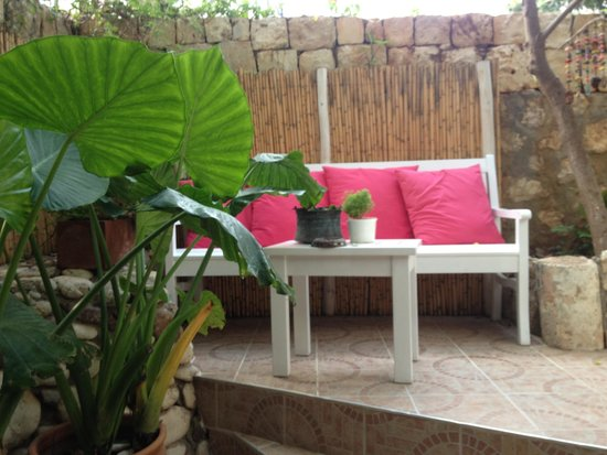 Hideaway Hotel : Beautiful seating area/reception garden/hotel entrance.
