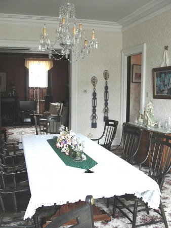 Captain Montague's Bed and Breakfast : Formal Dining Room in addition to Breakfast Area