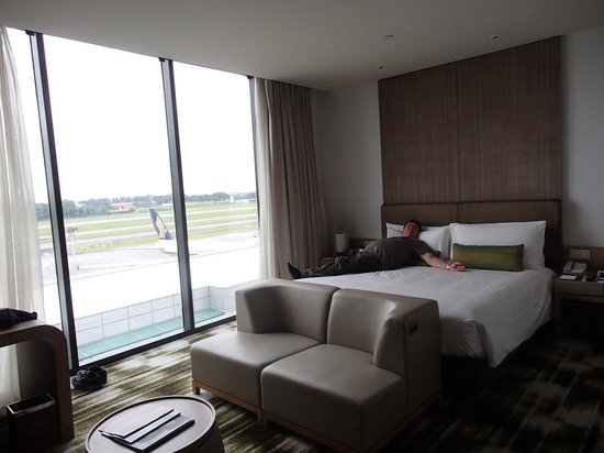 Crowne Plaza Changi Airport: The Bed, The room...the view