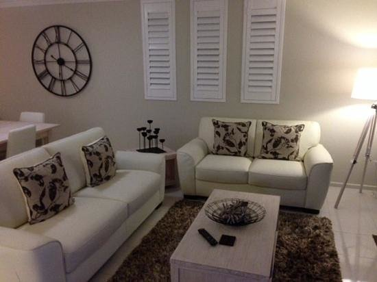 Pacific Beach Resort: Living area Apt 33