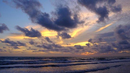 Baan Rim Nam: Sunset on the beach