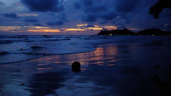 Baan Rim Nam: Beach at night