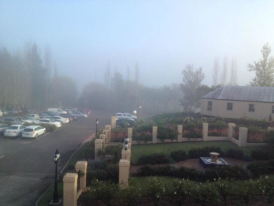 Crowne Plaza Hawkesbury Valley: Morning Fog View from Loungeroom