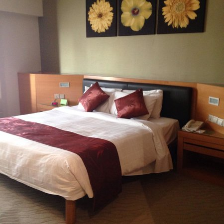The Gardens Hotel & Residences: Deluxe room bed