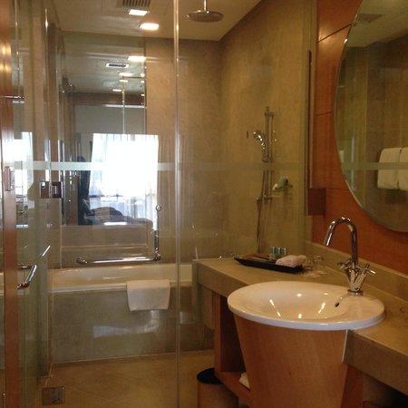 The Gardens Hotel & Residences: Bathroom- love the rain shower and tub