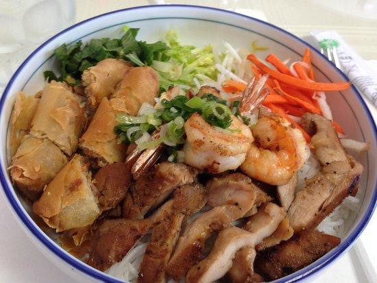 Le Paradis & La Patisserie: Chicken, shrimp and eggroll bun