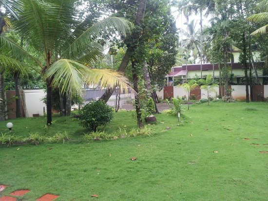 Vedanta Wake Up - Backwaters : Garden in front of living area