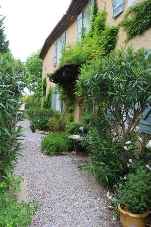 Le Clos Des Freres Gris: huis en tuin