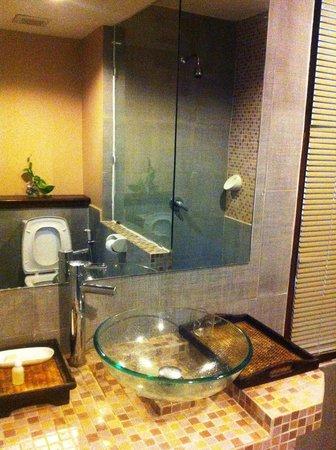 Haadlad Prestige Resort & Spa: Reflection in the bathroom mirror