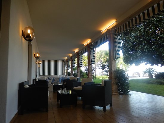 Hotel Terminus: Exterior sitting and eating area for when it is hot!