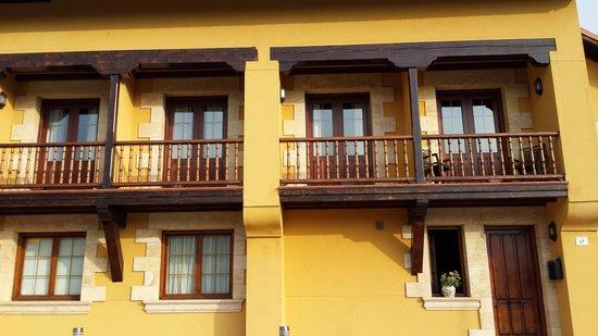 Posada Cabarceno: La fachada principal, son las habitaciones con vistas a.los elefantes