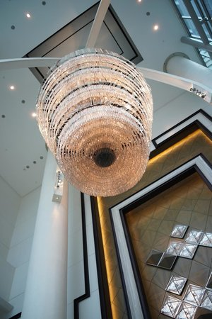 The Fullerton Bay Hotel Singapore: Chandelier at reception