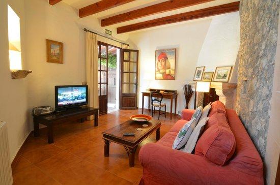 Finca Son Jorbo: Amarillo Sitting Room