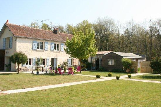 Domaine de Villevert: Vue maison principale avec pelouse