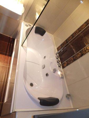 Hotel Europe Sarajevo: Bathtub with spa jets