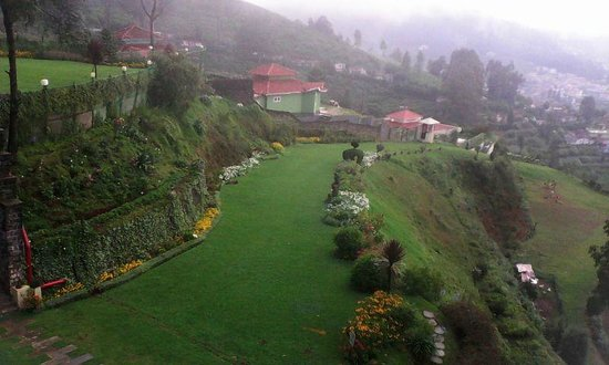Sinclairs Retreat Ooty : well-maintained lawn