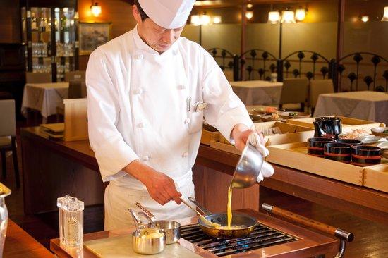 Yours Hotel Fukui: 朝食 オーダーオムレツ風景