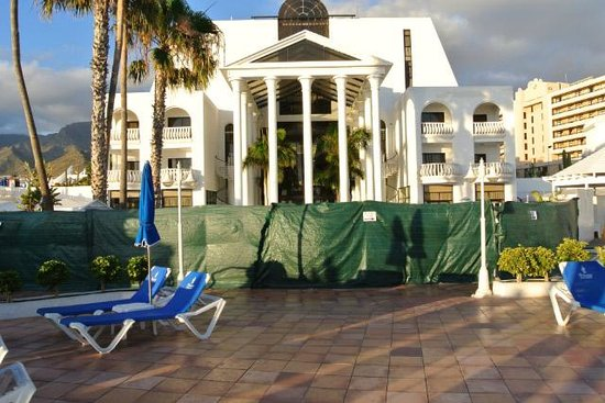 Guayarmina Princess Hotel: Green hoarding around main pool