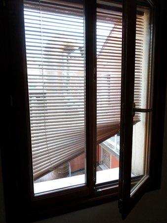 All'Angelo Hotel: Veneziana trovata così al nostro ingresso in camera