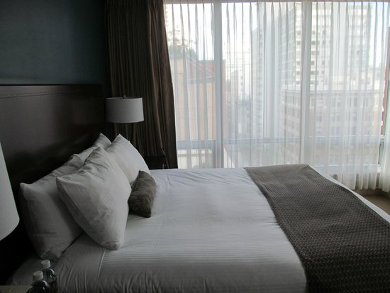 Auberge Vancouver Hotel : Lovely view of city from bedroom