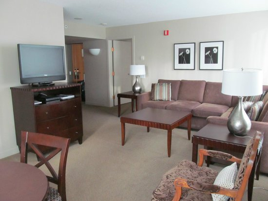 Auberge Vancouver Hotel: Spacious lounge