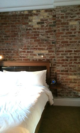 Mystic Hotel by Charlie Palmer: Bed and the beautiful brick wall