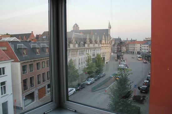 Holiday Inn Express Mechelen City Centre : 部屋から世界遺産の町を望む