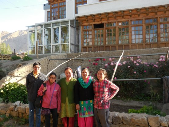 Glacier View Guest House : family with the hosts.